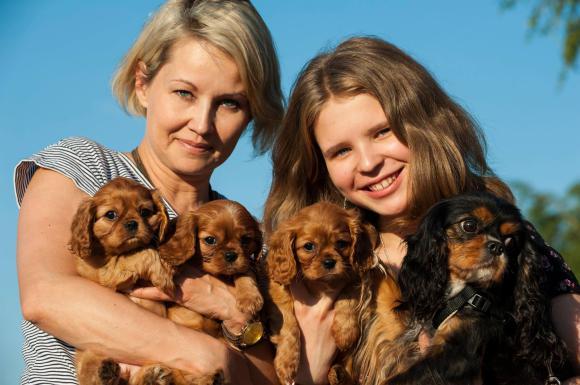 Ульяна и Надежда - хозяйки Захарии и щенков.